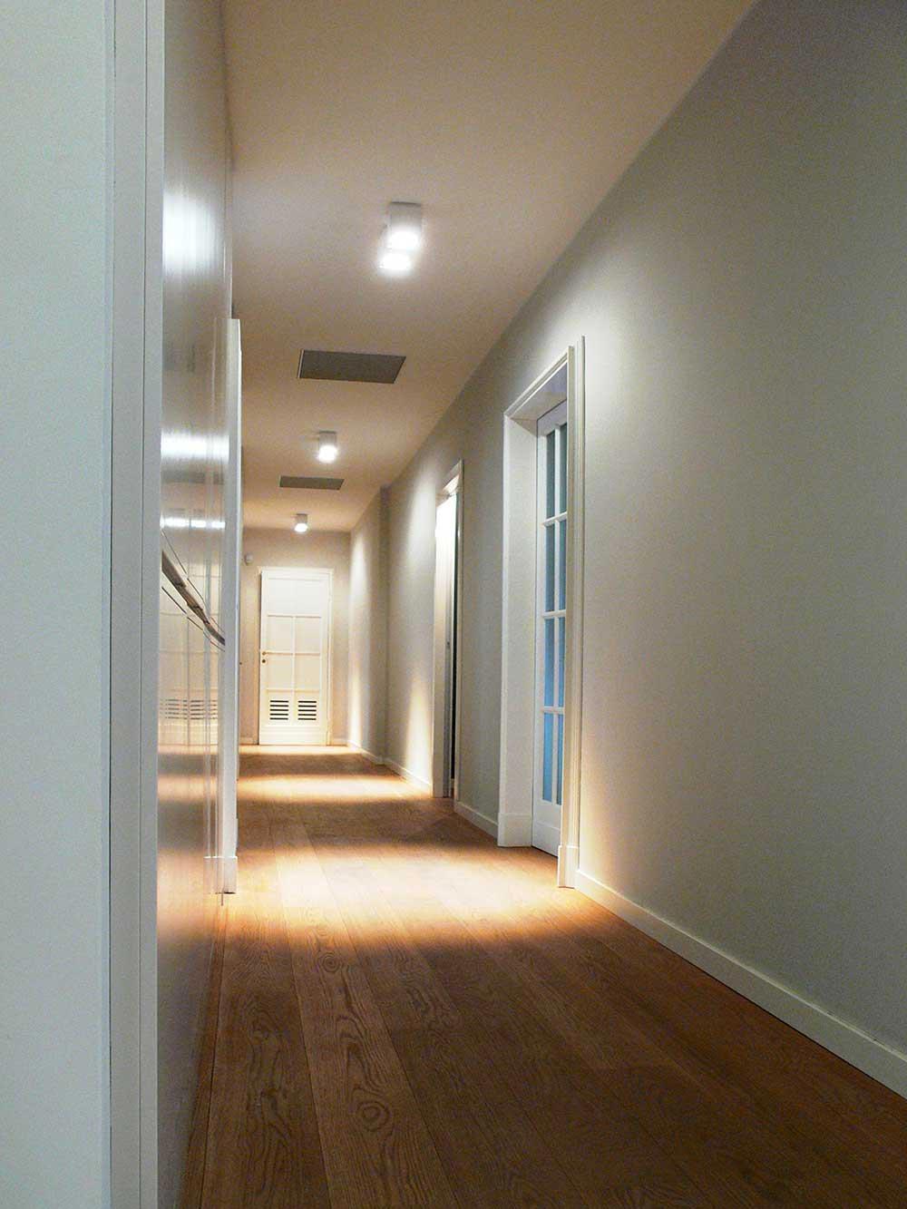 Soffitto Colore Grigio: Empty camera spaziosa interni moderni con pavimento al soffitto ....